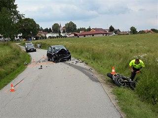 Motorkář nepřežil čelní střet s autem v Besednici.