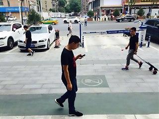 Speciální pruh před obchodním centrem v čínském Si Anu určený pro chodce...
