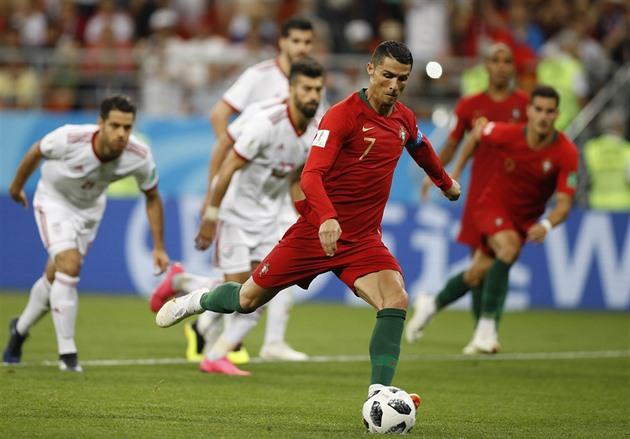 5808716ae Portugalský kapitán Cristiano Ronaldo neproměňuje penaltu v souboji s  Íránem.