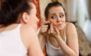 Akné netrápí jen puberťáky. Pět tipů, jak se ho zbavit