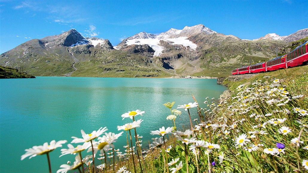 Bernina expres poblíž vrcholové stanice Ospizio Bernina 2 253 m n. m.