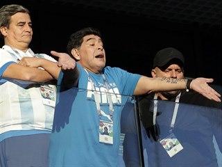 Diego Armando Maradona vzrušeně prožívá zápas Argentiny s Nigérií.