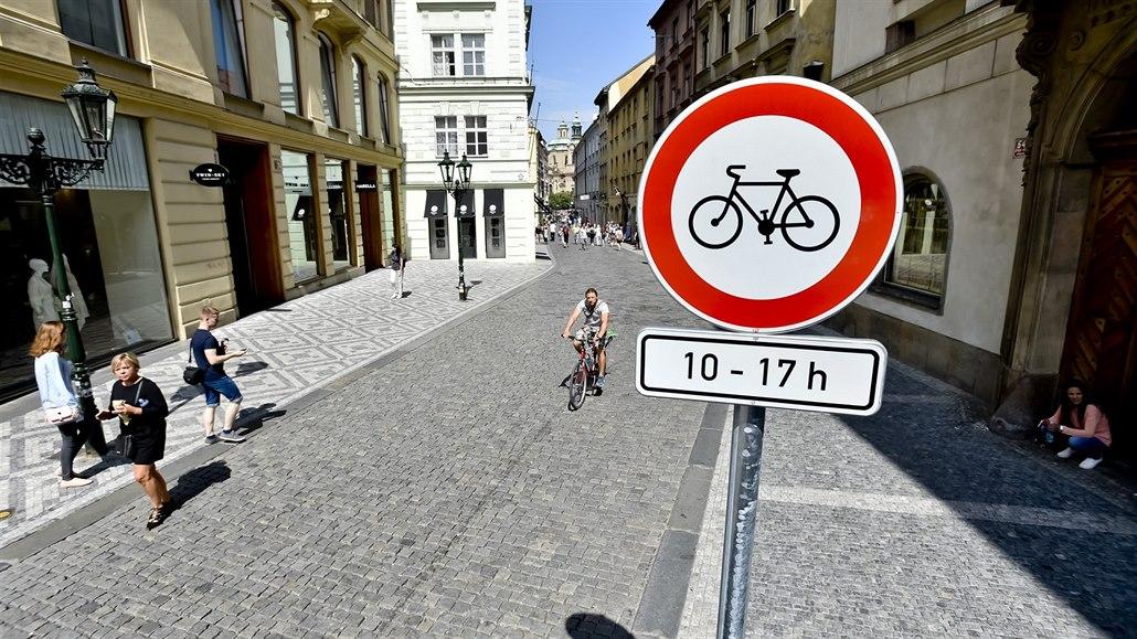 V Železné ulici v Praze 1 se objevila jedna z prvních značek omezující...