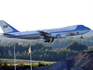 Air Force One s Donaldem Trumpem přistává v Helsinkách (15. července 2018)
