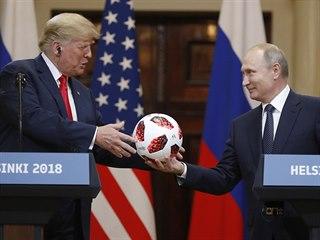 Americký prezident Donald Trump a jeho ruský protějšek Vladimir Putin na...