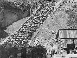 Schody smrti, po kterých vězni koncentračního tábora Mauthausen vynášeli...