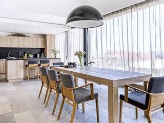 Velký jídelní stůl doplňují čalouněné židle (TON) s područkami, které zajišťují...