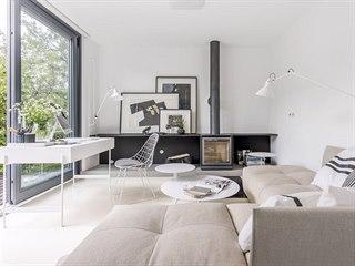 Značnou část obývacího prostoru zabírá skvělá modulární sedací souprava (Saba),...