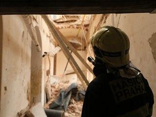 Při záchraně hasiči používají sací bagr na sutiny. Budova je podle statiků...