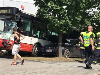 Autobus MHD po kolizi s osobním autem narazil do budovy Českého statistického...