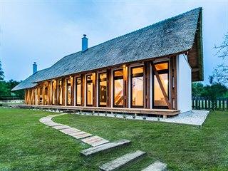 Dům stojí ve vinařské obci Dörgicse na severním břehu Balatonského jezera.
