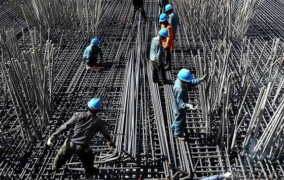 Nedostatečně rozvinutá infrastruktura může být nejen výraznou brzdou ekonomického růstu země, ale také spouštěčem jejího dlouhodobého zaostávání. Ilustrační foto.