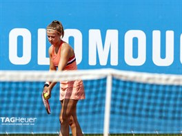 Karolína Muchová se chystá na servis na turnaji v Olomouci
