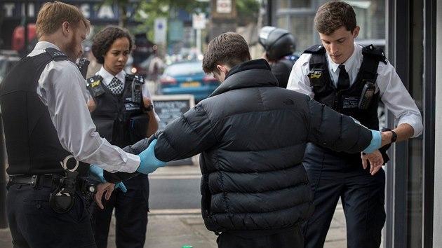 2a2fd68d2c4 Britská policie při drogové prohlídce v Londýně (25. května 2018)