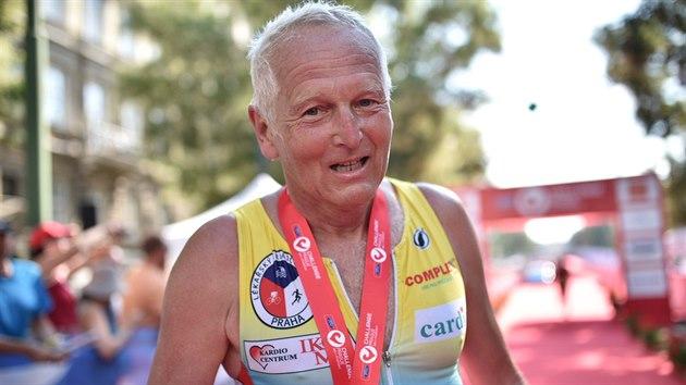"""Kardiochirurg Jan Pirk vyhrál kategorii do 70 let v rámci """"try-athlonu"""", v němž závodníci absolvovali 380 m plavání, 18 km na kole a 4,2 km běhu."""