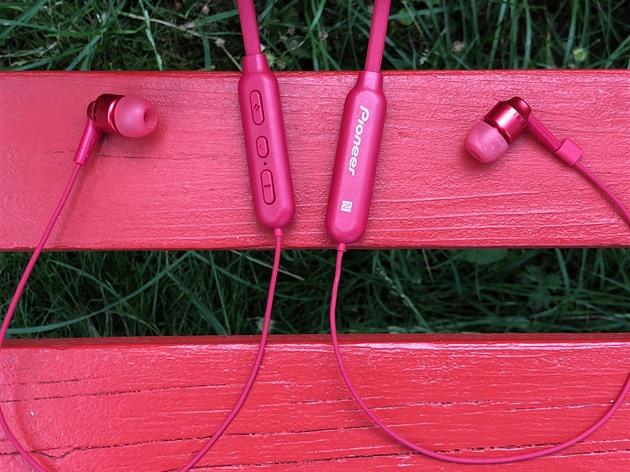 Levná a dobře hrající sluchátka vám přečtou i notifikace. Na běh se nehodí