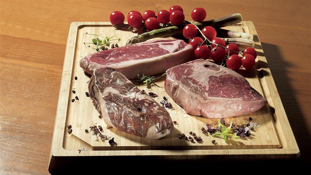 Různé druhy syrových steaků