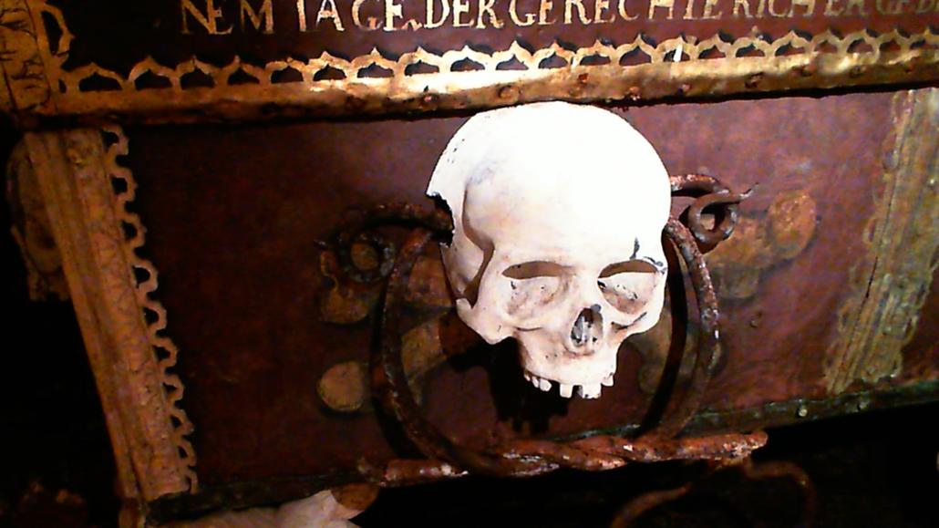 Otevíráme hrobku. Vyzvednutí historického pokladu sledujte v přímém přenosu