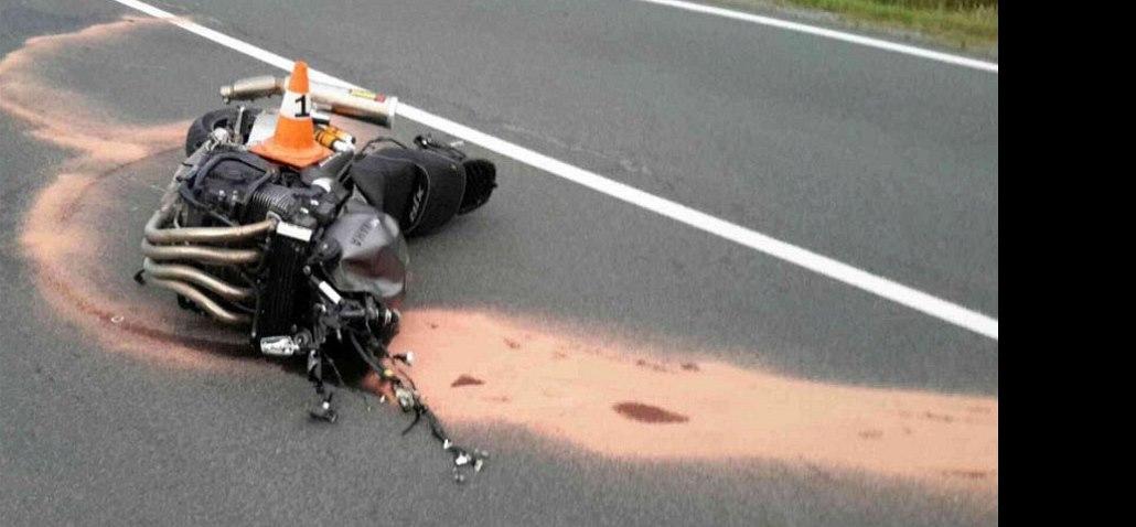 Na dálnici D10 se srazilo auto s motorkou. Na místo musel vrtulník