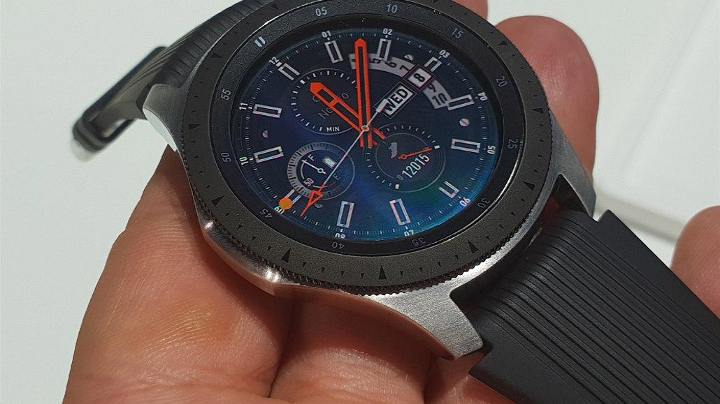 790af8bb809 Samsung naučil chytré hodinky tikat a ručičky mají jako ty ...