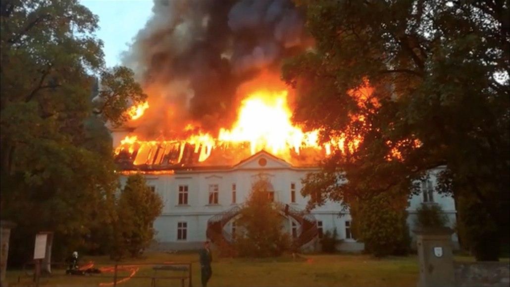 Za zapálení autobazaru a barokního zámku dostali žháři mnohaleté tresty