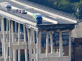 Střední část mostu, který byl postaven v 60. letech na rušné dálnici A10, se...