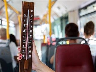 V autobuse bez klimatizace redaktoři MF DNES naměřili 35 stupňů. (13. 8. 2018).