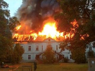 V Horním Maršově hoří chátrající barokní zámek