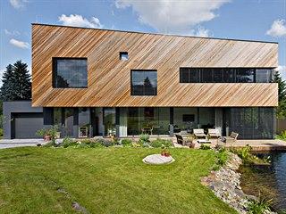 Přízemí ve skle, patro ve dřevě – to je základní výtvarný koncept fasád. Šikmo...