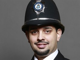 Petr Torák se přestěhoval se svými rodiči do Anglie a stal se policistou.