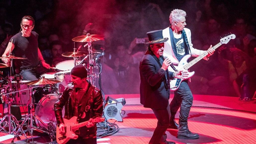 Bono z U2 přišel během koncertu v Berlíně o hlas. Kapela hraní ... 5690de75b68