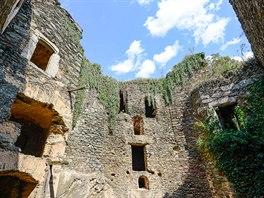 Nový Hrádek. Zřícenina hradu, jehož nejstarší část byla postavena ve 14....