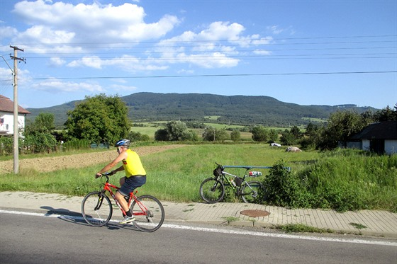 Pohled na severní svahy Vihorlatu z obce Dlhé nad Cirochou