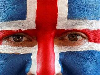 VLASTENEC. Soustředěný islandský fanoušek sleduje svůj tým ve fotbalovém zápase...