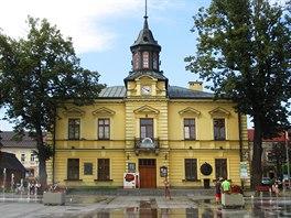 Radnice v Nowem Targu stojí na malebném náměstí.