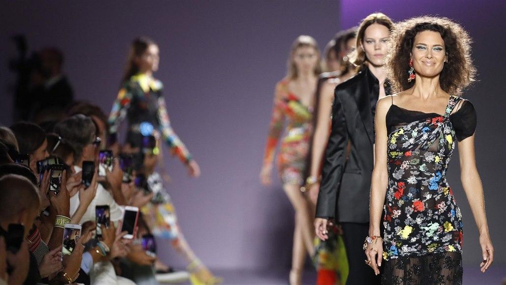 Italskou módní značku Versace kupuje americký Michael Kors. 3d505f3d17b