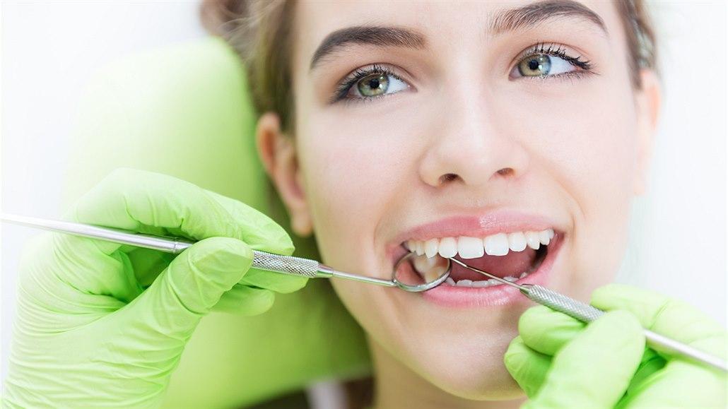 Kaz nebo paradentóza. Problémy se zuby, které nás donutí jít k lékaři