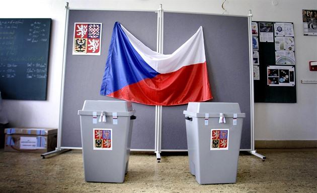 Kuk na komisi a nasadit roušku, velí pravidla k volbě Kuberova nástupce