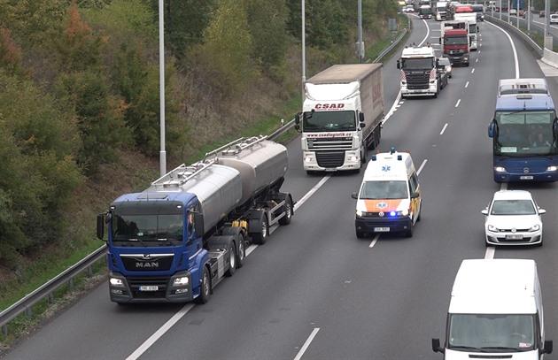 Řidiči zdržují záchranáře na cestách. Netvoří uličku, vybrzďují sanitky