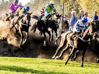 Jezdci překonávají Irskou lavici během 128. ročníku Velké pardubické.