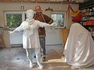 David Moješčík ve svém ateliéru v Janovicích při pracích na soše Věry Špinarové.