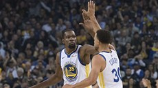 PLESK.  Kevin Durant a Stephen Curry z Golden State si gratulují.