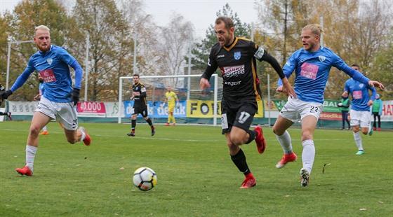 Momentka z druholigového utkání mezi fotbalisty Táborska (v modrém) a Znojma