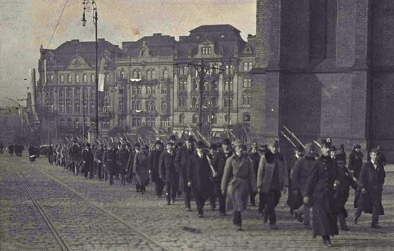 První česká milice se ubírá do Vršovic. (29. října 1918)