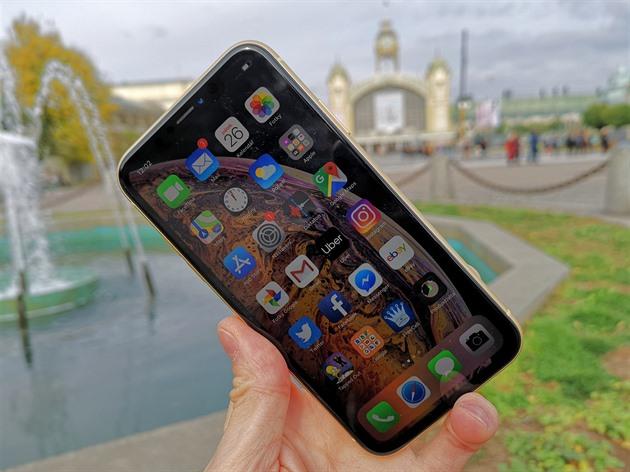 Šlápl Apple s levnějším iPhonem vedle  Hit z něj nakonec asi nebude -  iDNES.cz 61858cf1ed9