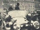 Přivítání Tomáše Garrigua Masaryka na Staroměstském náměstí v Praze. Za ním...