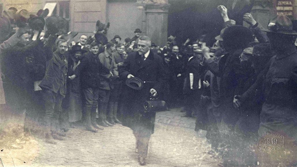 Karel Kramář vychází ze Sněmovny po ustavující schůzi Národního shromáždění....