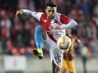 Alexandru Baluta ze Slavie zpracovává míč.