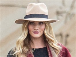 Rosie Huntington-Whiteley   Sydney, Australia. pončo burberry