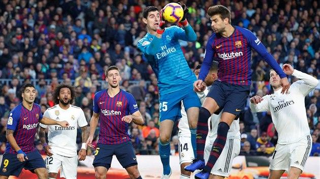 Strážce branky Realu Madrid Thibaut Courtois (v modrém) kryje míè do náruèe...